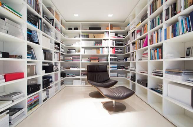 ينصح خبراء الديكور بأن تكون غرفة المكتبة على مقربة من غرفة الجلوس
