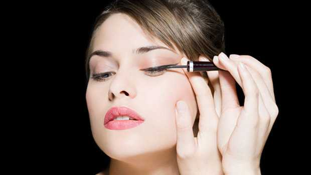 Header image aarticle main how to apply eyeliner for beginners ar