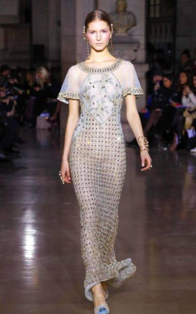 الفستان الطويل بالقصة المستقيمة والاكمام القصيرة من جورج حبيقة لصيف 2017