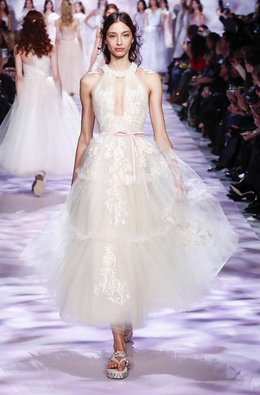 مجموعة كبيرة من الفساتين تليق بالعروس