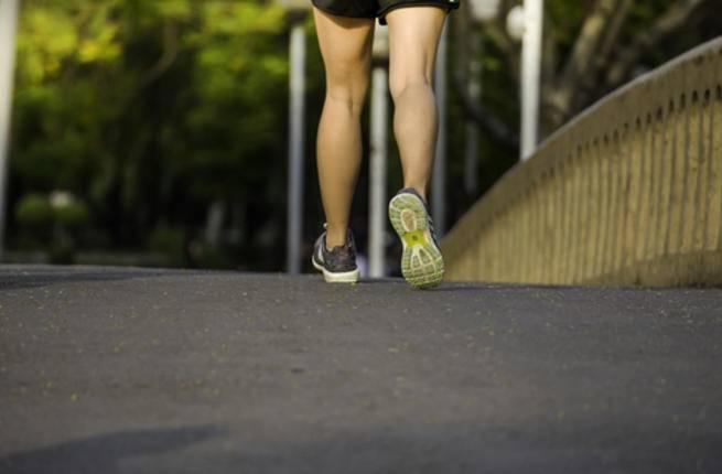 المشي 5 دقائق مقابل كل ساعة عمل يحسن المزاج